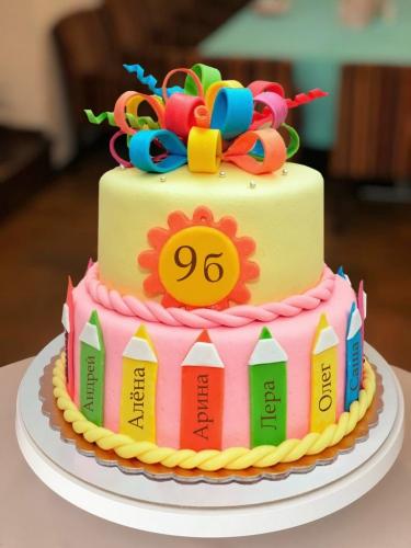 08-tort-na-vypusknoj-s-karandashami