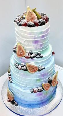 12-svadebnyj-tort-ukrashennyj-yagodami